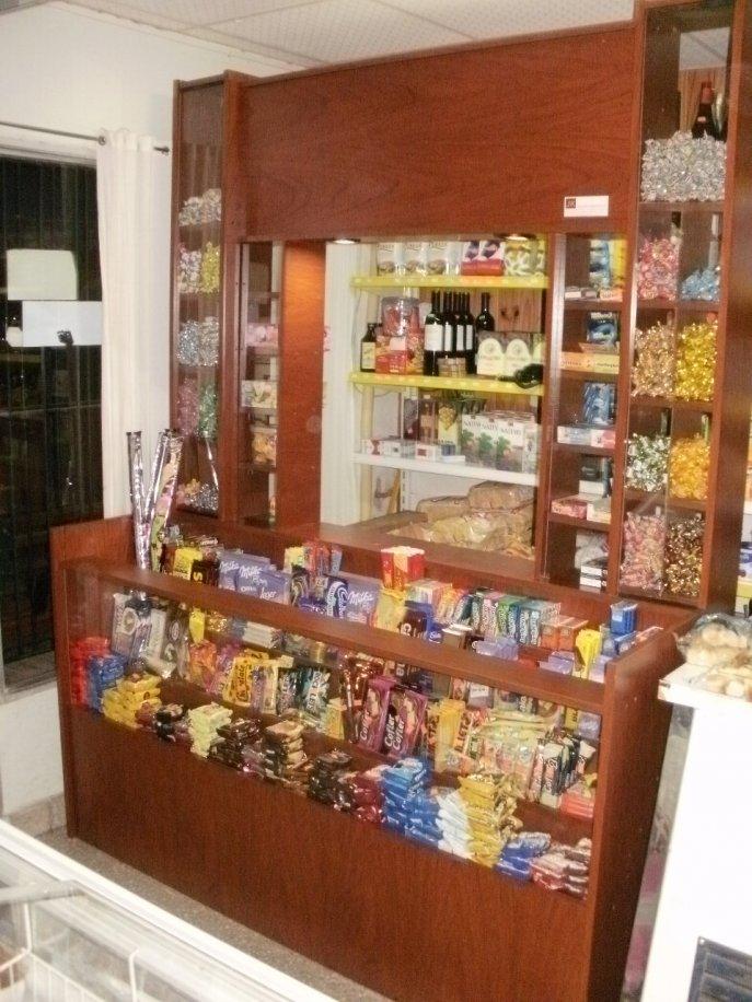 Muebles de vidrio para kiosco 20170802104307 for Fotos de kioscos de madera